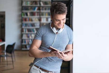 젊은 남자가 도서관에서 책을 읽고