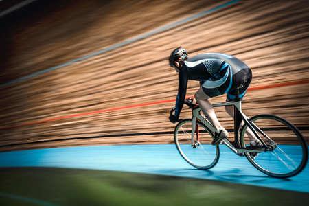 Ciclista sul velodromo Archivio Fotografico - 70964583