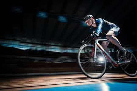 Ciclista sul velodromo Archivio Fotografico - 71340612