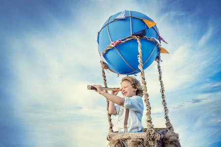 풍선에 망원경을 가진 어린 소년