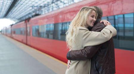 pareja abrazada: que abrazan los pares en la estación