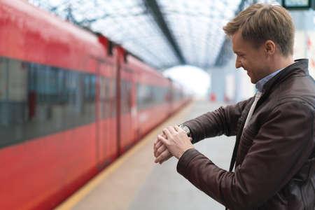 persona viajando: Man waiting for a train at station Foto de archivo