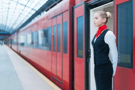 플랫폼에 젊은 여자