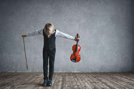 スタジオでバイオリンを持つ音楽家