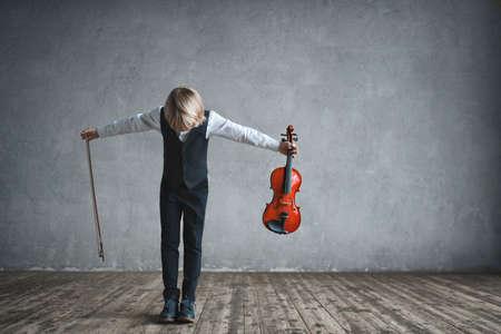 Muzyk z skrzypcami w studio