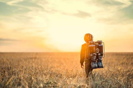 Niño pequeño con una mochila al aire libre Foto de archivo - 74706969