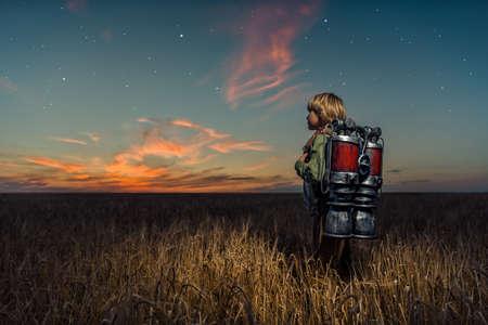夜のバックパックを持つ少年