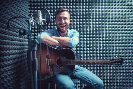 レコーディング スタジオでギターを持つ男 写真素材