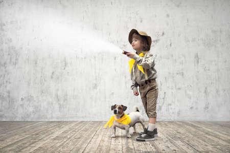 Kleine jongen in uniform met een zaklamp
