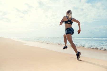ビーチで走っている女性