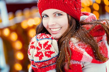 Glimlachend meisje in de winter