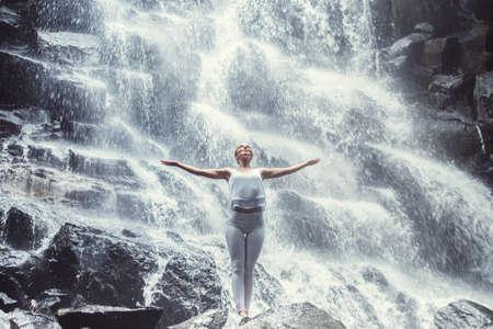 Aantrekkelijke vrouw bij waterval Stockfoto