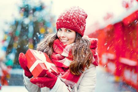 Aantrekkelijk meisje met een geschenk buitenshuis