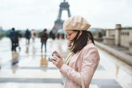 Jong meisje in Parijs Stockfoto