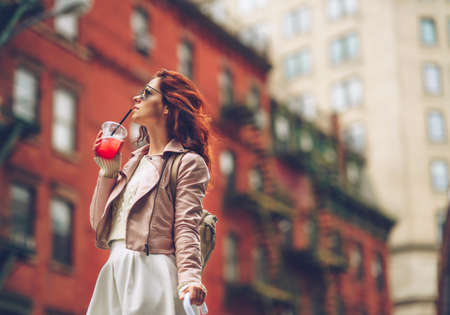 ニューヨークのサングラスで魅力的な女の子