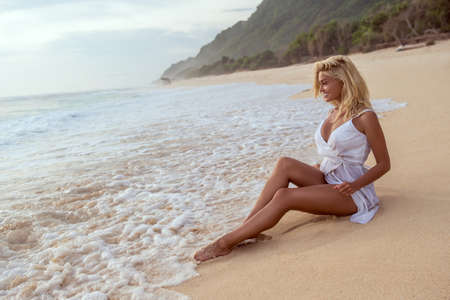 Young girl on the beach in summer Foto de archivo