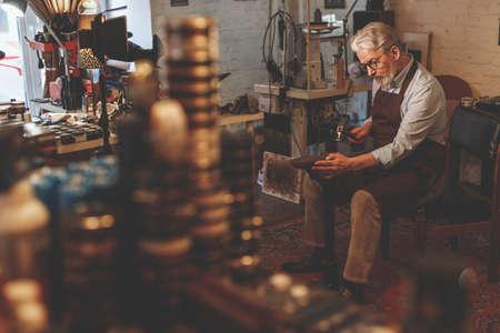 Un uomo anziano al lavoro Archivio Fotografico