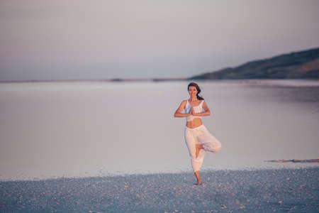 Attractive woman at sunset Reklamní fotografie