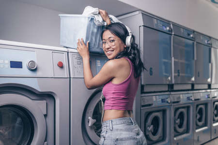 Attractive girl with a basket in the laundry Reklamní fotografie