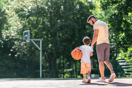 Young family with a ball on the basketball court Stockfoto
