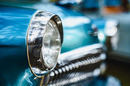 Primo piano dei fari dell'auto blu sovietica