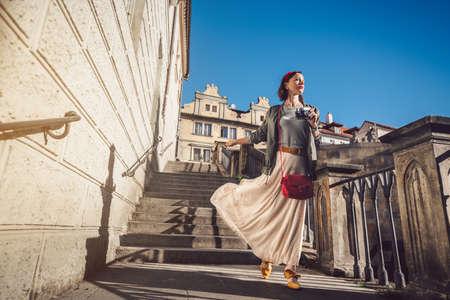 Attraktives Mädchen mit einer Retro-Kamera in Prag