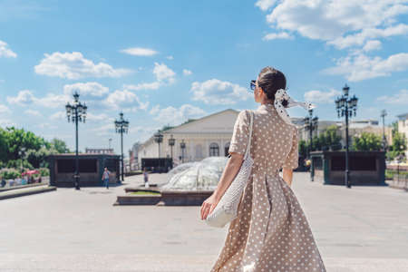 Junges attraktives Mädchen auf der Straße in Moskau