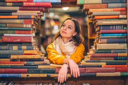 Attraktives Mädchen in einer Buchhandlung in Los Angeles