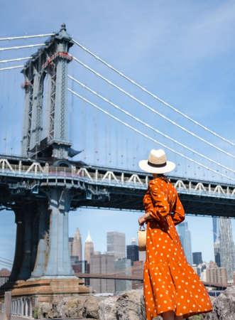 Beautiful woman at the Manhattan Bridge in New York Reklamní fotografie