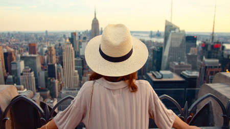 Attractive girl in a hat at viewpoint in New York Фото со стока - 153381170