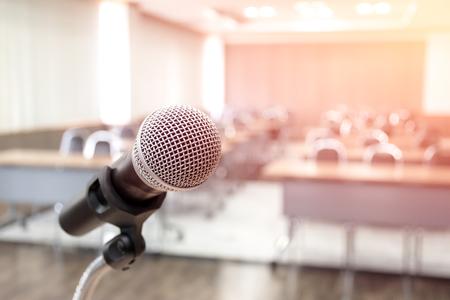 Microfoon op abstract wazig van spraak in seminarruimte Stockfoto
