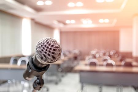 Mikrofon auf abstrakter Sprachverwischung im Seminarraum