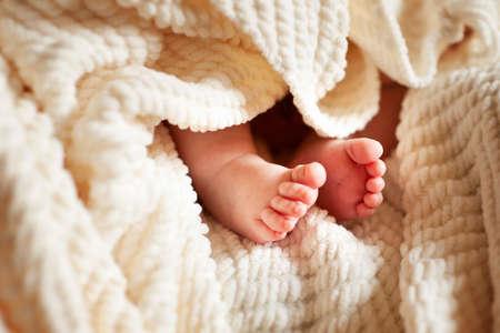 pie bebe: Lindos pies de bebé recién nacido en cuadros blanco
