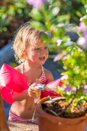 ni�as peque�as: Jardiner�a rubia linda en d�a soleado