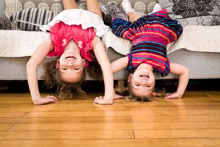 ni�os felices: ni�os felices que se colocan boca abajo. Foto de archivo