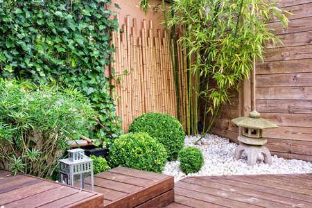 faroles: Terraza moderna y jardín Foto de archivo