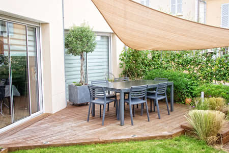 Moderne terras met eettafel en stoelen Redactioneel