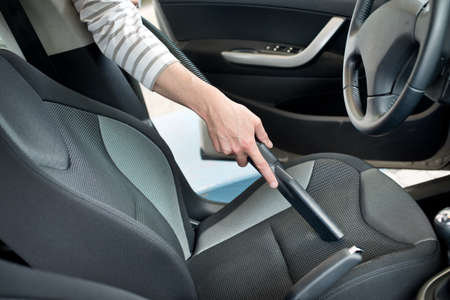 cleaning car: Hombre acaparando una cabina coche