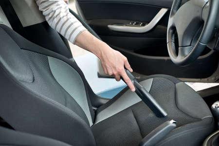 Man Staubsaugen ein Auto Kabine Standard-Bild