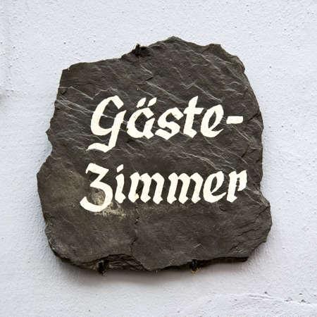 guest room: Zimmer Gaste su una parete, che significa Camera in tedesco Archivio Fotografico