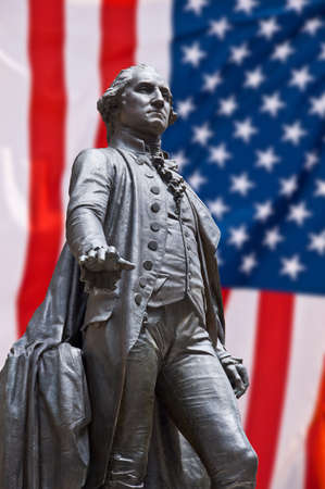 george washington: Georges Washington estatua, fondo de la bandera americana Foto de archivo