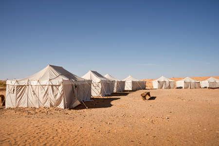 desierto del sahara: Campamento de tiendas de campaña en el desierto del Sáhara, Sur de Túnez Foto de archivo