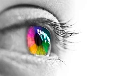 inspiratie: Meisje kleurrijke en natuurlijke regenboog oog op witte achtergrond Stockfoto