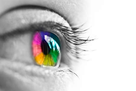 rainbow: Menina dos olhos arco-�ris colorido e natural sobre fundo branco