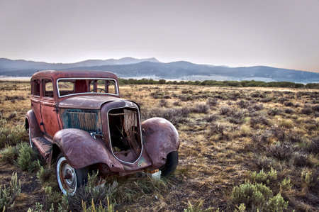 Rusty wrecked car, abandoned in nature Banque d'images
