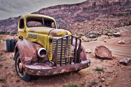 vieux camion vieux camion rouill abandonn dans le dsert ditoriale
