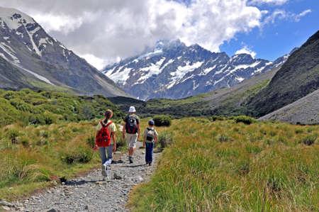 montañas nevadas: Familia hinking hacia el monte Cook, Isla Sur, Nueva Zelanda