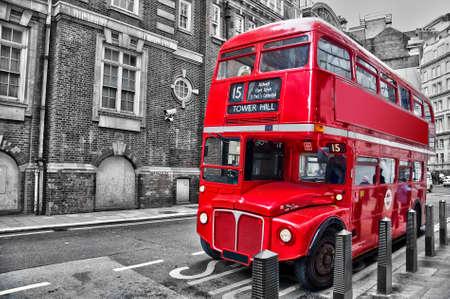 bus anglais: Londonien rouge � double decker bus d'�poque dans une rue, la couleur s�lective �ditoriale