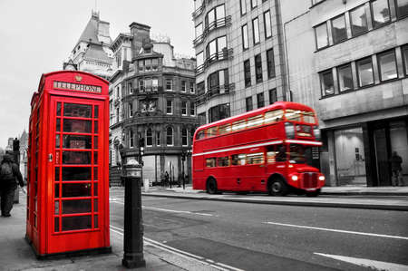 cabina telefono: Fleet Street, Londres, Reino Unido, el color rojo selectivo Editorial