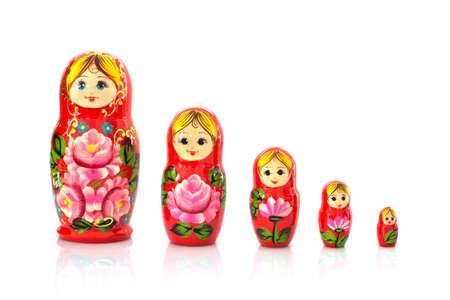 muñecas rusas: Conjunto de cinco matryoshka muñecas rusas de la jerarquización aisladas en el fondo blanco Foto de archivo